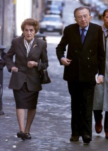 Il senatore Giulio Andreotti con la moglie Livia a Roma mentre si reca a votare in una foto d'archivio. ANSA/MAURIZIO BRAMBATTI