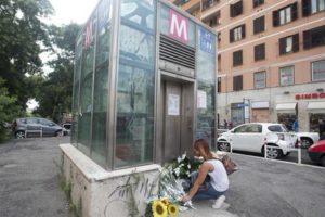 Fiori all'ingresso dell'ascensore della metro Furio Camillo il giorno dopo la morte del bambino di quattro anni. Roma, 10 luglio 2015. ANSA/CLAUDIO PERI