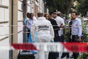 Inquirenti al lavoro sul luogo dove il titolare di una gioielleria del quartiere Prati a Roma è stato ucciso durante una rapina, 15 luglio 2015. ANSA/MASSIMO PERCOSSI