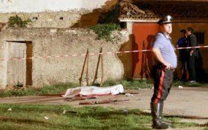 Il corpo senza vita di Agostino Carullo, coperto con un telo bianco, morto a causa dell'esplosione di un fucile nel corso di una rievocazione in costume dell'epoca del brigantaggio in una contrada di campagna di Potenza, 29 agosto 2015. ANSA/TONY VECE