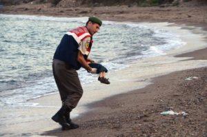 Il piccolo profugo in braccio ad un militare (ANSA/AP Photo/DHA) TURKEY OUT