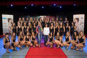 Le 33 finaliste di Miss Italia fotografate stamani con Mirigliani e Ventura