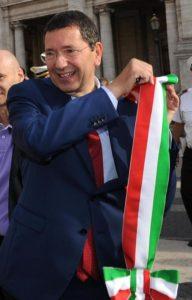 Il Sindaco di Roma, Ignazio Marino, si toglie la fascia tricolore sotto al Marco Aurelio in Piazza del Campidoglio, al termine della prima riunione della giunta, nella Sala delle Bandiere, Roma, 27 giugno 2013. ANSA / MAURIZIO BRAMBATTI