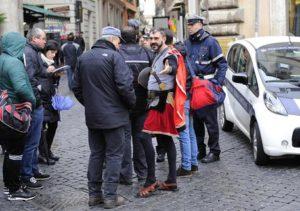 Un centurione fermato dalla polizia municipale a Fontana di Trevi a Roma, 26 novembre 2015. ANSA/GIORGIO ONORATI