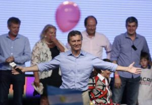 epa05037922 Argentinian presidential candidate Mauricio Macri (C) of the Cambiemos coalition receives an ovation by supporters in Buenos Aires, Argentina, 22 November 2015. Mauricio Macri won the presidential run-off election on 22 November in Argentina, according to the first official results. With 14.82 percent of the precincts tabulated, Macri is ahead with 54.43 percent of the votes, compared with 45.57 percent for Peronist Daniel Scioli, the candidate of the ruling Front for Victory. EPA/DAVID FERNANDEZ