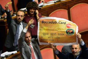I senatori del M5S durante la discussione sul DDL Boccadutri sulla sanatoria al finanziamento pubblico ai partiti nell'aula del Senato a Roma 14 ottobre 2015. ANSA / MAURIZIO BRAMBATTI,