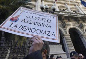 Un momento del sit-in di circa 200 risparmiatori delle banche coinvolte dal salva-banche, a pochi metri dalla sede di Bankitalia, Roma, 22 dicembre 2015. ANSA/ GIORGIO ONORATI