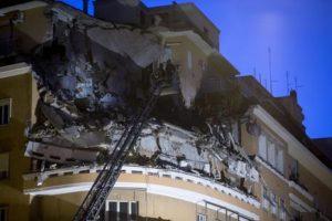 (ANSA) - ROMA, 22 GEN - Tre piani di un palazzo sono crollati questa notte sul lungotevere Flaminio a Roma. Il cedimento strutturale avrebbe interessato settimo, sesto e quinto piano di un edificio al civico 70, vicino al teatro Olimpico. ANSA/MASSIMO PERCOSSI