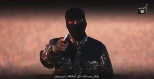 """Un frame del video apparso sul sito internet Site in cui un miliziano dell'Isis sfida la Gran Bretagna e definisce David Cameron un """"imbecille"""" per aver deciso di combattere lo Stato islamico. Nella sequenza vengono poi giustiziate cinque presunte """"spie"""" accusate di lavorare per Londra. Roma, 3 gennaio 2016. ANSA/ YOUTUBE +++ NO SALES - EDITORIAL USE ONLY +++"""