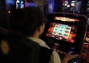 Giocatori alle slot machines in un'immagine d'archivio. ANSA/ FEDERICO GAMBARINI