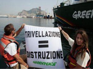 L'arrivo della Rainbow Warrior al porto di Palermo, 5 luglio 2014. Greenpeace denuncia oggi, in una conferenza stampa tenutasi sulla nave Rainbow Warrior, ormeggiata al porto di Palermo, le omissioni del decreto che ha sancito la compatibilità ambientale del nuovo progetto di trivellazioni nel Canale di Sicilia. ANSA / US GREENPEACE ++NO SALES EDITORIAL USE ONLY++
