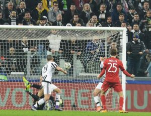 Bayern's forward Thomas Muller (R) scores the first goal of the UEFA Champions League Round of 16 first leg soccer match between Juventus FC and FC Bayern Monaco at Juventus Stadium in Turin, 23 February 2016. ANSA/ ANDREA DI MARCO