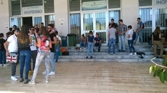 Accoltella il compagno di liceo nel corridoio della scuola for Subito offerte lavoro salerno