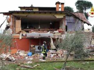 Vigili del Fuoco sul luogo dell'esplosione della villa di Sanremo dove era ospite Gabriel Garko, ricoverato in ospedale sotto choc. Nel crollo e' morta un'anziana. Sanremo, 1 febbraio 2016. ANSA/ US VIGILI DEL FUOCO +++ NO SALES - EDITORIAL USE ONLY +++