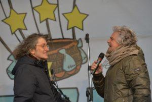 Beppe Grillo (D) e Gianroberto Casaleggio (S) sul palco in piazza della Vittoria per il terzo V-Day, 1 dicembre 2013 a Genova. ANSA/LUCA ZENNARO