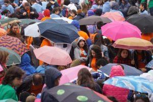 """Un momento del concerto dal titolo""""La piazza incantata"""" composto da un coro di 13mila studenti provenienti da tutta Italia, in piazza del Plebiscito a Napoli, 9 aprile 2016. ANSA/CESARE ABBATE"""