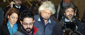 Beppe Grillo (C) al suo arrivo in treno a Milano dopo aver appreso stamani la notizia della morte di Gianroberto Casaleggio, 12 aprile 2016. Grillo è accompagnato da Roberto Fico (D), deputato e presidente della commissione di vigilanza Rai. ANSA/MATTEO BAZZI