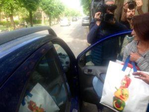 L'infermiera di Piombino Fausta Bonino, in carcere dal 31 marzo scorso, lascia il carcere don Bosco di Pisa, 20 aprile 2016. Il tribunale del riesame di Firenze avrebbe annullato l'ordinanza d'arresto. La donna era stata arrestata con l'accusa di aver provocato la morte di 13 pazienti del reparto di rianimazione dell'ospedale con Eparina. ANSA/GABRIELE MASIERO