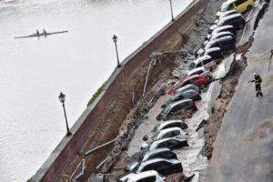 La voragine apertasi sul lungarno Torrigiani a Firenze, nei pressi di Ponte Vecchio, in pieno centro della città, 25 maggio 2016. ANSA / MAURIZIO DEGL'INNOCENTI