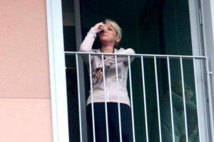 Francesca Pascale si affaccia in lacrime alla finestra dell'Ospedale San Raffaele dove è ricoverato Silvio Berlusconiche che oggi viene operato. Milano, 14 giugno 2016. ANSA/MOURAD BALTI TOUATI