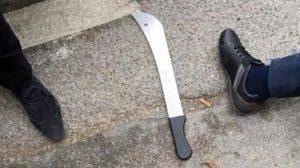 Il machete utilizzato nell'attacco a Charleroi, in Belgio, 6 agosto 2016, dove sono due donne le agenti ferite da un uomo armato di machete, a sua volta ferito e poi morto a seguito di un colpo di arma da fuoco sparato da un terzo agente. PROFILO TWITTER DELLA POLIZIA DI CHARLEROI +++ATTENZIONE LA FOTO NON PUO? ESSERE PUBBLICATA O RIPRODOTTA SENZA L?AUTORIZZAZIONE DELLA FONTE DI ORIGINE CUI SI RINVIA+++