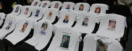 Processo per la strage alla stazione di Viareggio – magliette con foto delle 32 vittime
