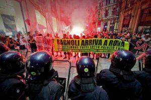Tafferugli tra forze dell'ordine e manifestanti aderenti ai centri sociali, che hanno acceso alcuni fumogeni rossi scandendo slogan contro il premier Renzi, atteso al Teatro San Carlo di Napoli, 12 settembre 2016. ANSA / CIRO FUSCO