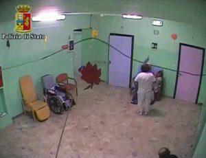 """Un frame del video della Polizia di Stato sui maltrattamenti di anziani e disabili all'interno della Casa di riposo """"La Consolata"""" di Borgo d´Ale, nel Vercellese. Le indagini, iniziate nell'agosto del 2015, hanno portato a 18 arresti. Vercelli, 19 febbraio 2016. ANSA/ Ufficio stampa Polizia di Stato +++ ANSA PROVIDES ACCESS TO THIS HANDOUT PHOTO TO BE USED SOLELY TO ILLUSTRATE NEWS REPORTING OR COMMENTARY ON THE FACTS OR EVENTS DEPICTED IN THIS IMAGE; NO ARCHIVING; NO LICENSING +++"""