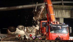 Il cavalcavia crollato sulla statale 36 Milano Lecco, 28 ottobre 2016. Un morto e almeno tre feriti nel crollo. Gli operai dell'Anas con quelli di alcune ditte specializzate, sta provvedendo assieme alla polizia stradale e ai vigili del Fuoco, al taglio delle travi della campata della strada provinciale SP49 ceduta sulla SS36 e sta partecipando alle operazioni di soccorso di quanti sono rimasti coinvolti nel crollo. ANSA / MATTEO BAZZI