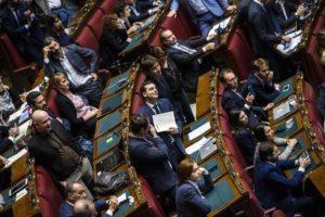 I banchi del M5S durante la discussione generale sulla proposta di legge sulla riduzione delle indennità dei parlamentari nell'aula di Montecitorio, Roma, 25 ottobre 2016. ANSA/ANGELO CARCONI