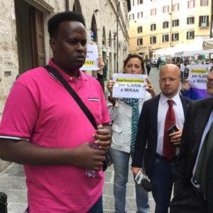 Hasci Omar Hassan, unico condannato per l'uccisione della giornalista del Tg3 e dell'operatore Miran Hrovatin, avvenuta a Mogadisco il 20 marzo del 1994 durante il presidio, organizzato da Articolo 21 e Tavola della Pace, con l'adesione dell'Ordine dei giornalisti, Asu e Fnsi, davanti alla Corte d'appello di Perugia dove si sta svolgendo una nuova udienza del processo a Perugia, 15 giugno 2016 . ANSA/Angela Rotini