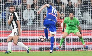Udinese's Jakub Jankto (C) scores the goal during the Italian Serie A soccer match Juventus Fc vs Udinese Calcio at Juventus Stadium in Turin, Italy, 15 October 2016. ANSA/ALESSANDRO DI MARCO