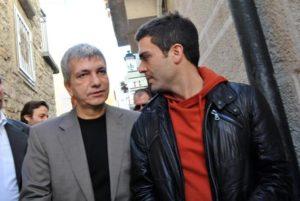 Il presidente della Regione Puglia Nichi Vendola (s) con il compagno Eddy Testa, nel giorno del voto per le primarie del centro-sinistra, a Terlizzi (Bari), 25 novembre 2012. ANSA/LUCA TURI