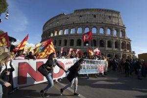 """Manifestanti al presidio Usb si preparano per la partenza del corteo a Piazza San Giovanni in occasione del """"No Renzi Day"""". Roma, 22 ottobre 2016. ANSA/ MASSIMO PERCOSSI"""