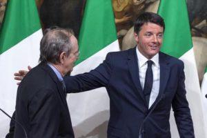 Il presidente del Consiglio Matteo Renzi (D) con il ministro dell'Economia Pier Carlo Padoan durante la conferenza stampa al termine del Consiglio dei ministri sulla legge di bilancio, Roma, 15 ottobre 2016. ANSA/ANGELO CARCONI