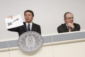 Il Presidente del Consiglio Matteo Renzi (s) e il ministro dell'Economia Pier Carlo Padoan a Palazzo Chigi durante la conferenza stampa dopo il CdM che ha approvato il Def, Roma, 8 Aprile 2016. ANSA/ GIUSEPPE LAMI