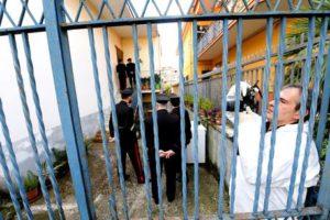 Uomini della scientifica effettuano i rilievi nell'abitazione dove una donna di 90 anni è stata trovata morta, Napoli, 2 novembre 2016. ANSA/CIRO FUSCO