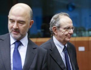 epa05018082 Pierre Moscovici the commissioner in charge of Economic and Financial Affairs (R) and Italian Finance Minister Pier Carlo Padoan (R) at the start of the Eurogroup Finance ministers meeting at the European Council headquarters in Brussels, Belgium, 09 November 2015. EPA/OLIVIER HOSLET