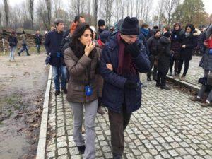 La sindaca di Roma Virginia Raggi al campo di sterminio di Birkenau accompagna uno dei sopravvissuti alla shoah, Sami Modiano, 7 novembre 2016. ANSA/ DOMENICO PALESSE