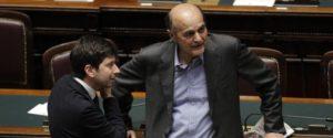 Roberto Speranza (s) e Pierluigi Bersani alla Camera durante il voto sulla questione di fiducia del DL ''Salva Roma'', Roma, 10 Aprile 2014. ANSA/GIUSEPPE LAMI