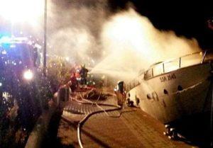 Yacht in fiamme
