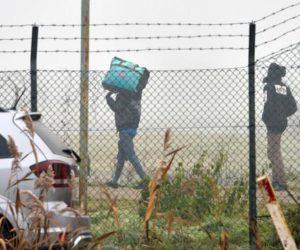 Un momento delle operazioni conclusive nel centro di accoglienza di Conetta, frazione di Cona (Venezia), per il trasferimento di cento migranti in strutture analoghe in Emilia Romagna, 4 gennaio 2017. ANSA/ ANDREA MEROLA