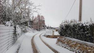 La neve abbondante cade a Gioia del Colle in Puglia, 6 gennaio 2017. ANSA/Paolo Melchiorre