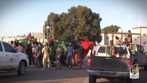 +++ATTENZIONE LA FOTO NON PUO? ESSERE PUBBLICATA O RIPRODOTTA SENZA L'AUTORIZZAZIONE DELLA FONTE DI ORIGINE CUI SI RINVIA+++ Una foto pubblicata dalle milizie libiche sul loro account Facebook mostrano i miliziani che festeggiano la vittoria a Sirte contro l'Isis. Nelle istantanee i miliziani, assembrati in quella che un tempo è stato il luogo delle crocifissioni, l'isola di el Zaafarane, innalzano le bandiere tricolori, sorridono e fanno il segno di vittoria. Sirte (Libia), 6 dicembre 2016. ANSA/ WEB/ FACEBOOK