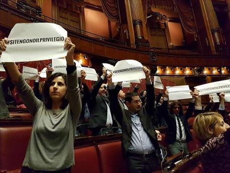 Camera: cartelli in Aula, protesta M5s contro vitalizi