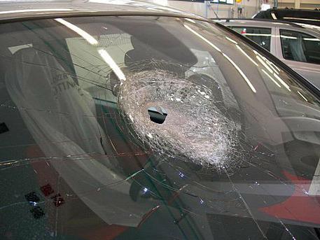 Auto colpita da sasso