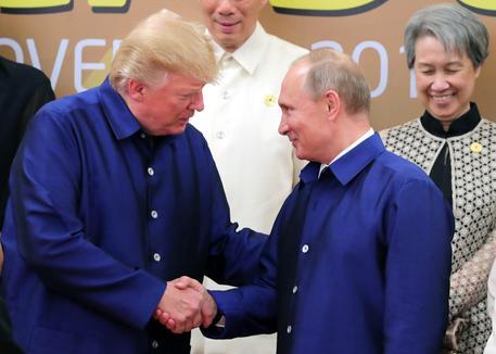 Stretta di Mano fra Trump e Putin a summit Vietnam
