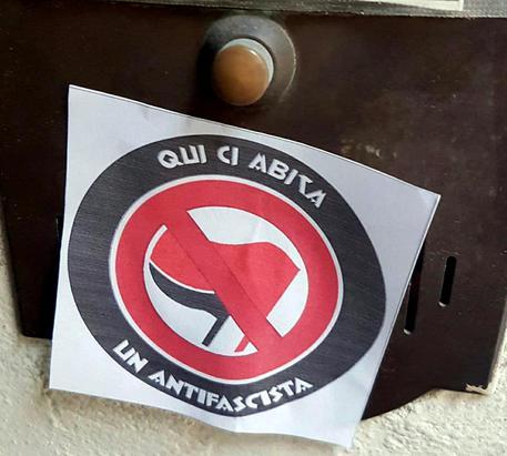 Pavia: adesivi sulle case degli antifascisti in stile estrema destra