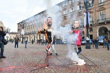 ++ Scuola: studenti bruciano manichini Salvini e Di Maio ++