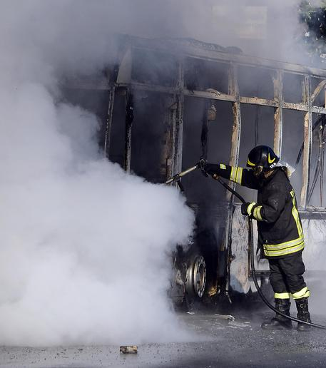 Bus in fiamme a Ciampino, nessun ferito
